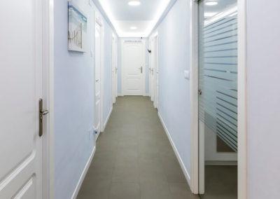 pasillo de la clínica dental Dr Eduardo Abad en Jaén