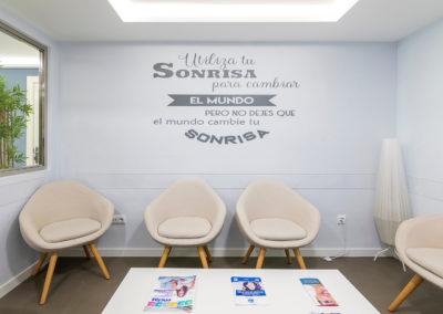 Sala de espera de la clínica dental Dr Eduardo Abad en Jaén