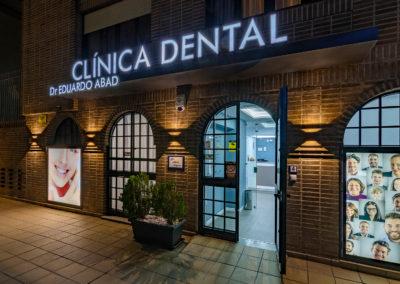 Entrada de la clínica dental Dr Eduardo Abad en Jaén