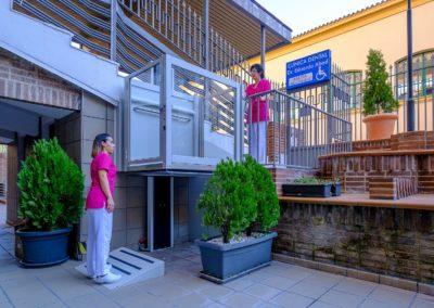 Rampa de acceso a personas con movilidad reducida en clínica dental Dr Abad en Jaén