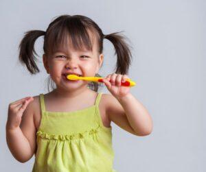 Cepillarse los dientes los niños clínica dental de confianza en jaén del Dr Abad